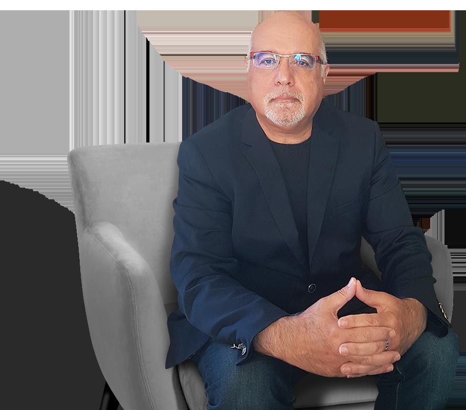 Serge Durman assis dans un fauteuil